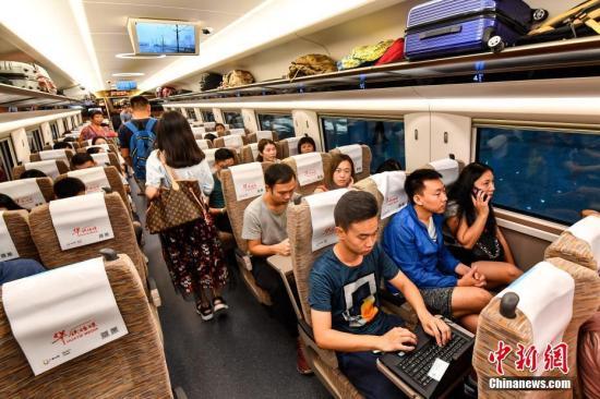 资料图:广深港高铁列车。中新社记者 陈骥旻 摄