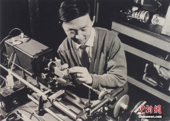 香港特区行政长官林郑月娥23日表示,高锟教授是香港人的骄傲,对他的辞世深感哀痛,谨代表香港特区政府,向他的家人致以深切慰问。图为上世纪六十年代,年轻的科学家高锟在英国 Harlow市标准电讯公司实验室埋首研究光导纤维技术。当时光纤技术尚在萌芽阶段。 香港中大供图