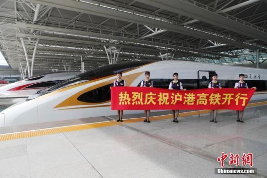 上海虹桥至广州南G99/100次从今日起经广深港高铁延长至香港西九龙运行。 殷丽勤 摄