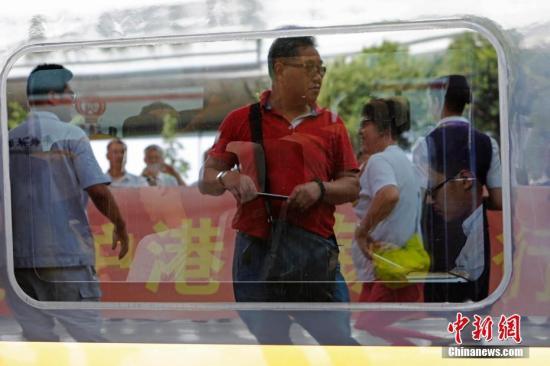 旅客用手机记录下开行的列车信息。 殷丽勤 摄