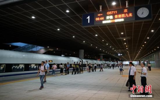 """9月23日6点44分,G5711次""""协调号""""高铁列车从深圳北站出发,一起疾驰,数分钟后列车进入广深港高铁香港段,这是香港段迎来的首趟正式运营的高铁列车。图为G5711次""""协调号""""高铁列车在深圳北站整装待发。 <a target='_blank' href='http://www.chinanews.com/'>中新社</a>记者 张炜 摄"""