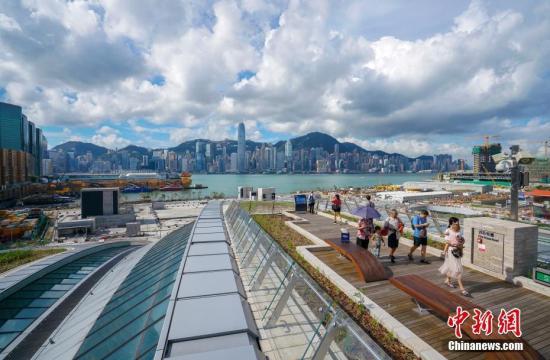 原料图:乘坐高铁抵达香港的旅客,在西九龙站天空行廊游览。西九龙站顶的天空行廊已成为赏识维港风光的又一个新不都雅景点。 中新社记者 张炜 摄