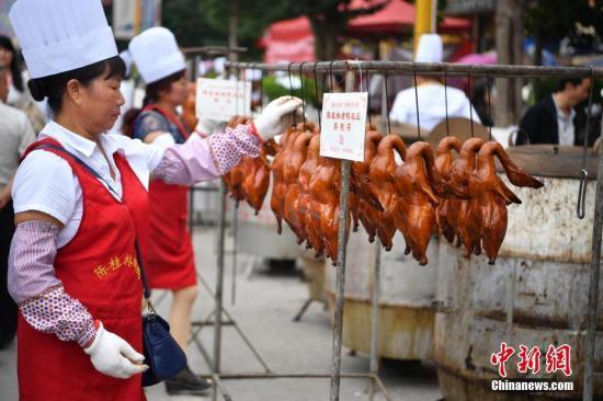 资料图:宜良烤鸭至今已有150多年历史,享誉云南各地,被称为滇菜魁首,是云南人最喜爱的传统菜肴之一。 <a target='_blank' href='http://www.85145603.com/'>中新社</a>记者 刘冉阳 摄