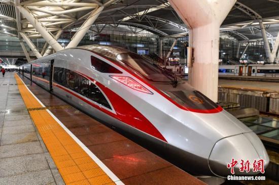 据中国铁路总公司介绍,广深港高铁香港段开通初期,将根据客流情况按日常图、周末图、高峰图安排动车组列车开行。图为9月23日,广州南站始发、前往香港西九龙站的G6501次高铁列车停靠在广州南站站台上。 中新社记者 陈骥�F 摄