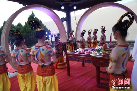 各地喜庆中秋节,图为拜月仪式。钟欣 摄