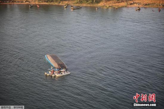 资料图片:维多利亚湖发生侧翻事故。