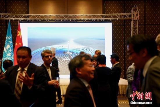 当地时间9月24日晚,中国常驻联合国日内瓦办事处和瑞士其他国际组织代表俞建华大使、常驻世贸组织代表张向晨大使、裁军大使傅聪在日内瓦联合举办招待会,热烈庆祝中华人民共和国成立69周年。招待会上,驻日内瓦代表团与中国新闻社共同主办的《中国改革开放40年图片展》展出了50幅反映中国改革开放历程的图片,吸引在场国际组织负责人及高级官员、各国使节和外交官等驻足观看。中新社记者 彭大伟 摄
