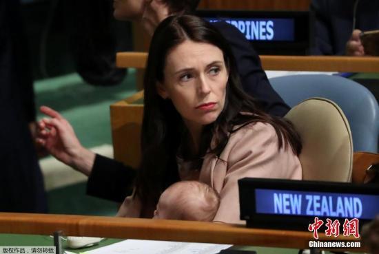 当地时间9月24日,曼德拉和平峰会在美国纽约联合国总部举行,新西兰总理杰辛达阿德恩抱着她的女儿出席活动。