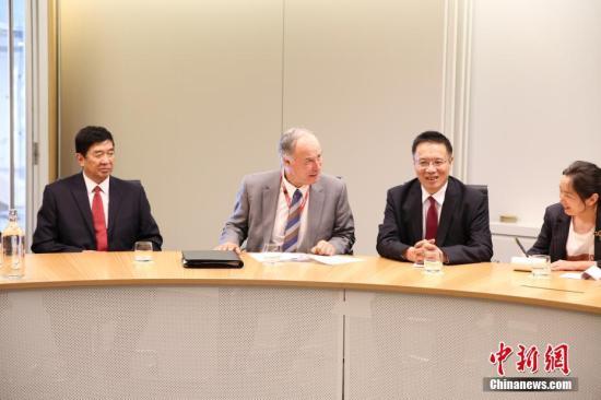 当地时间9月25日,中国全国人大西藏代表团访问悉尼。图为代表团团长、西藏自治区人大代表、昌都市人大常委会主任贡秋江村(右二)与澳联邦议会自由党众议员、众议院基础设施、交通和城市委员会主席亚历山大(左二)举行会谈。中新社记者 陶社兰 摄