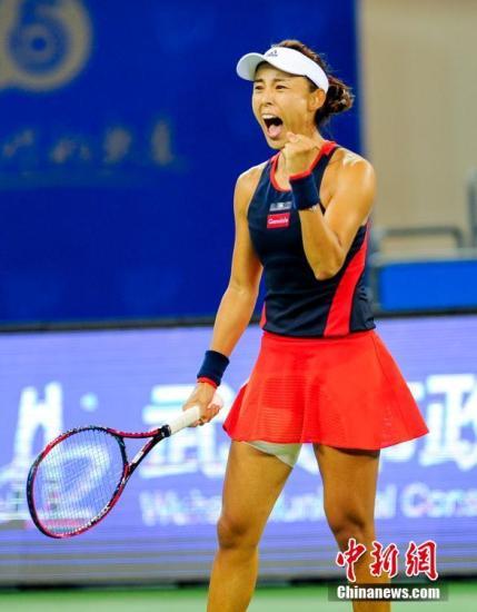 9月26日,2018赛季武汉网球公开赛进入8强争夺比赛。中国选手王蔷以7-5、6-2连下两盘战胜澳大利亚选手加芙里洛娃,闯入女单八强,创下中国球员在此项赛事中的最佳战绩。图为王蔷庆祝比赛获胜。<a target='_blank' href='http://www-chinanews-com.cnlawyerclub.com/'>中新社</a>记者 张畅 摄
