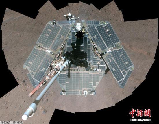 """2004年,NASA发射了两台火星漫游车:勇气号和机遇号。 这两台火星探测车最初设计用于拍摄、探索和研究火星表面的任务,设计寿命只有90天。然而,这两台太阳供能探测车的运行时间远远超过了它们的设计寿命。相隔半个火星的勇气号和机遇号,揭开了一个人类长久以来一直充满好奇的红色星球。如今,研究人员们期待在火星上已经工作超过14年的机遇号能够再次""""复活""""。"""
