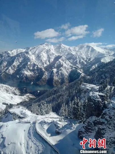 资料图:受冷空气影响新疆天山,天池降雪后犹如童话世界。 王小军 摄