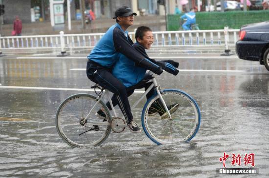 9月27日,呼和浩特迎来降雨,市内部分道路逐渐形成积水,给民众出行带来不便。<a target='_blank' href='http://www-chinanews-com.21iu.com/'>中新社</a>记者 刘文华 摄