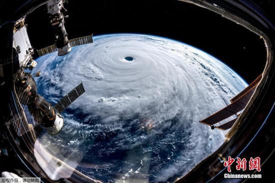"""资料图:当地时间2018年9月25日,从国际空间站拍摄的超强台风""""潭美""""向日本方向移动的画面。"""