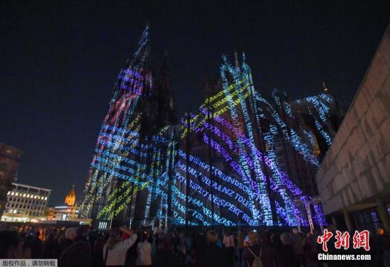 当地时间9月27日,德国科隆,民众观赏科隆大教堂灯光秀,纪念第一次世界大战结束百年。