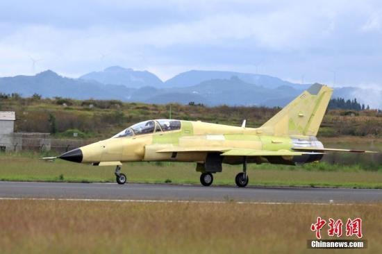 9月28日,中国航空工业FTC-2000G多用途战机在贵州安顺机场成功首飞。FTC-2000G是由中国航空工业贵州飞机有限责任公司自主创新研制、具有完全自主知识产权的一型多用途军用飞机。该飞机最大航程2400公里,最大挂载重量可达3吨,最小平飞速度195公里/小时,兼具攻击、空战、教练功能。该飞机从2018年4月24日通过总体技术方案评审到首飞历时6个月。图为飞机成功降落。<a target='_blank' href='http://www.chinanews.com/'>中新社</a>记者 瞿宏伦 摄