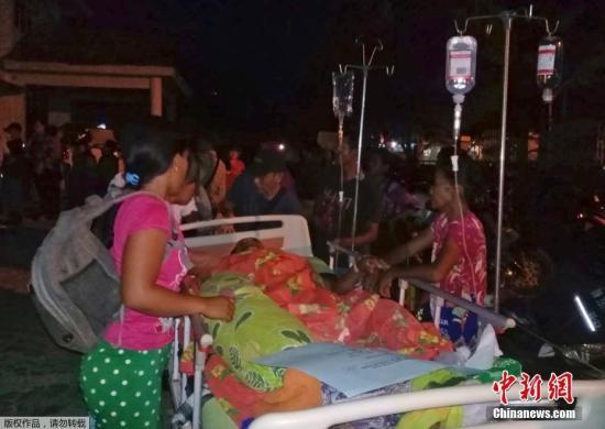 据印度尼西亚气象、气候和地球物理局网站消息,雅加达时间28日17时02分(北京时间18时02分),印尼中苏威西省米纳哈沙半岛附近发生7.7级地震,震中位于南纬0.18度,东经119.85度,Donggala-Sulteng东北27公里处,震源深度10公里。地震发生后,当局发布了海啸预警。
