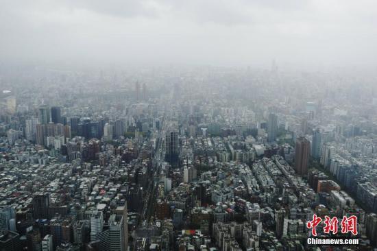 """9月28日,台风""""潭美""""挨近台湾东北部地区,中新社记者来到101大楼的89层不悦目景台,远望雾中台北。中新社记者 杨程晨 摄"""