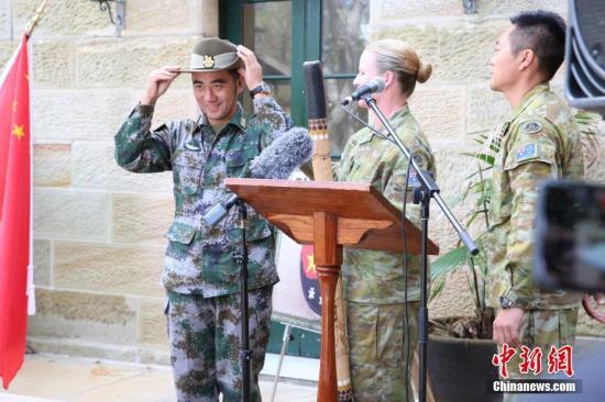 圖為澳方指揮官向中方指揮官贈送紀念品。中新社記者 陶社蘭 攝