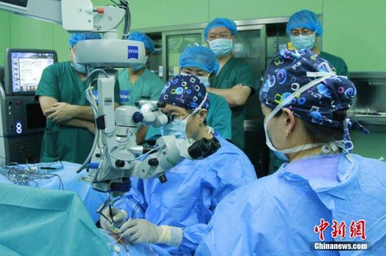 资料图:医生为眼疾患者开展免费手术治疗活动。中新社记者 赵朗 摄