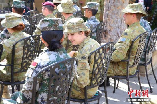 图为结训仪式开始前,两位参训士兵在交谈。<a target='_blank' href='http://www.chinanews.com/'>中新社</a>记者 陶社兰 摄