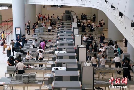 原料图:西九龙站妻子头攒动,抵港和离港乘客络绎不绝。中新社记者 张炜 摄