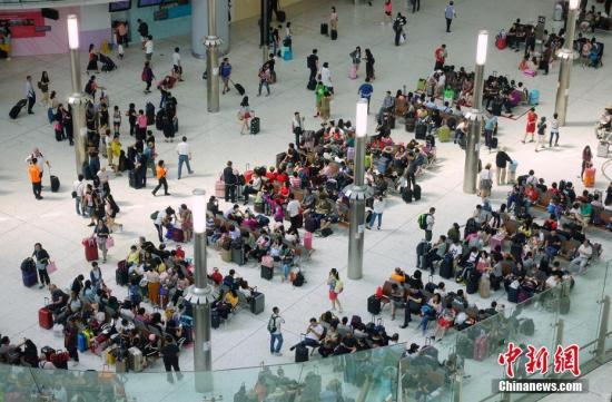 9月29日是高铁香港段正式通车的第七天,也是开通后迎来的第一个周末,西九龙站内人头攒动,抵港和离港乘客络绎不绝。<a target='_blank' href='http://www-chinanews-com.yiwuni.cn/'>中新社</a>记者 张炜 摄