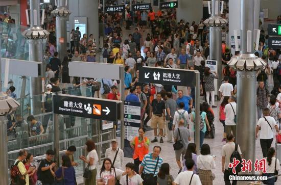 资料图:香港西九龙站内人头攒动。中新社记者 张炜 摄