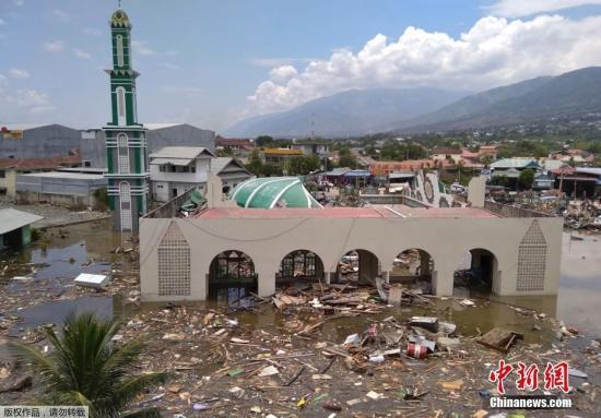 强震发生于当地时间28日下午5时2分,震中位于中苏拉威西省栋加拉县的陆地,震源深度为11公里。之后,政府在震中附近记录到最少6次5级以上余震。据报道,包括栋加拉和中苏拉威西省首府帕卢均受海啸袭击,其中帕卢距震中约80公里,人口约35万。图为帕卢的一座清真寺在海啸中受损严重。