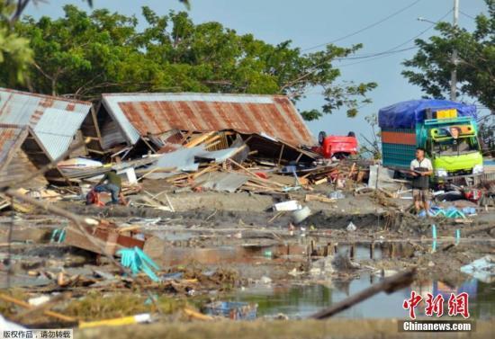 海啸引发的大浪卷走了房屋,灾难过后帕卢变成一片废墟。此前,帕卢有居民拍摄到了海啸来临的一刻,影片显示一道白色巨浪由远至近,短短一分钟便冲上岸,将地面所有铁皮屋和汽车全数吞噬。
