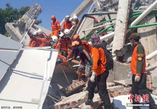 当地时间9月30日,印尼中苏拉威西巴鲁市,一栋酒店坍塌,救援工作展开。当地发生7.7级地震,并引发海啸。印度尼西亚灾难局称,印尼地震及海啸已造成当地至少832人死亡。