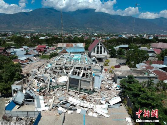 印尼中苏拉威西巴鲁市,一栋酒店坍塌,救援工作展开。