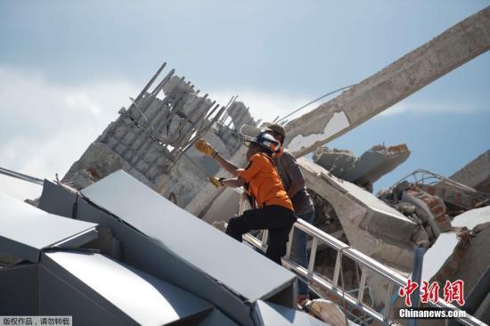 当地时间9月30日,印尼中苏拉威西巴鲁市,一栋酒店坍塌,救援工作展开。