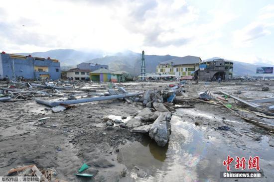 印尼中苏拉威西省28日下午发生的强震及引发的海啸已经造成832人死亡。图为印尼海啸受灾区的街道一片狼藉。