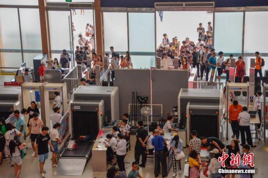 """自9月28日启动""""十一""""假期铁路运输期限以来,海南铁路各车站陆续迎来大量出行客流,其中三亚火车站预计9月28日至10月7日发送旅客17万人次,客流以旅游、探亲出行为主,高峰期预计将出现在10月1日和7日。洪坚鹏 摄"""