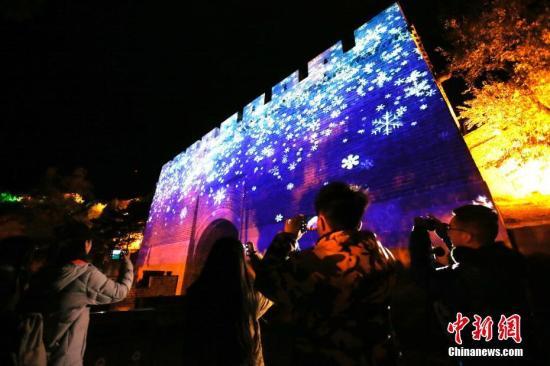 """9月30日晚,北京八达岭长城举办""""我爱你中国""""迎国庆灯光秀。<a target='_blank' href='http://www-chinanews-com.stepshanghai.com/'>中新社</a>记者 韩海丹 摄"""
