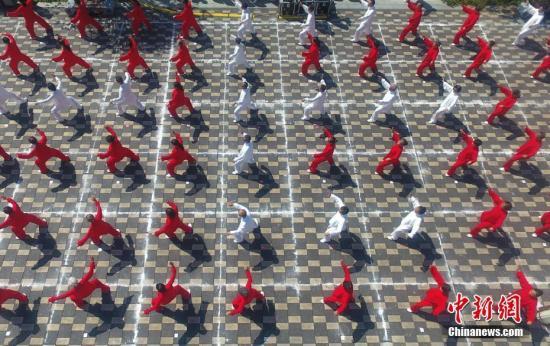 """9月30日,航拍江西南昌300余人进行太极拳表演。当天,2018年南昌市青云谱区""""八大山人""""太极文化交流展示活动在八大山人梅湖景区民俗广场举行,太极拳名师、大师、传人及太极拳机构代表携手江西书画名家,在此演绎""""水墨诗情""""太极大戏。刘占昆 摄"""