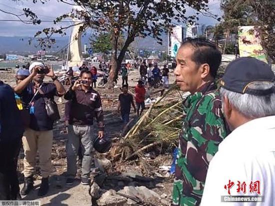 当地时间9月30日,印尼总统佐科视察了发生地震的中苏拉威西帕卢市。
