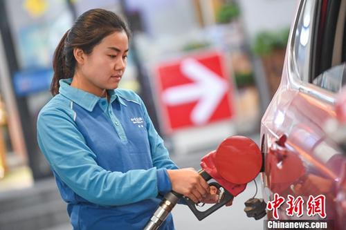 资料图:加油站工作人员给汽车加油。<a target='_blank' href='http://www.chinanews.com/'>中新社</a>记者 武俊杰 摄