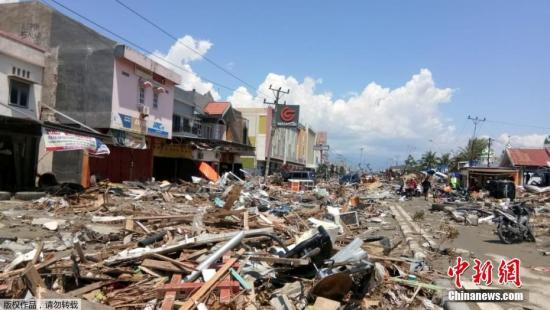 印尼中苏拉威西帕卢,为避免疾病爆发,政府出动挖掘机埋葬遇难者。