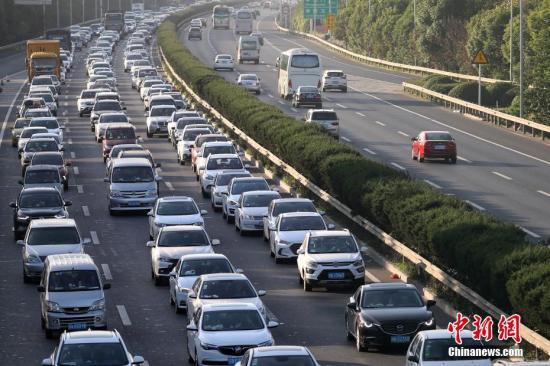 10月1日,大批车辆缓慢行驶在南京绕城高速公路上。<a target='_blank' href='http://www-chinanews-com.zgxycb.com/'>中新社</a>记者 泱波 摄