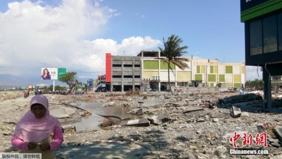 当地时间10月1日,印尼中苏拉威西帕卢,印度尼西亚强震引发海啸造成的遇难人数已升至1200人,为避免疾病爆发,政府出动挖掘机埋葬遇难者。