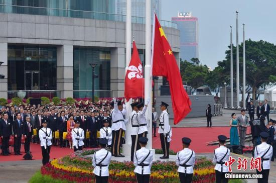 10月1日上午,为庆祝中华人民共和国建立69周年,香港特别行政区政府在金紫荆广场举办盛大升旗仪式。记者 张炜 摄