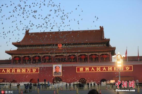 10月1日清晨,隆重的升国旗仪式在北京天安门广场举行,庆祝中华人民共和国成立69周年。之图 摄 图片来源:东方IC 版权作品 请勿转载