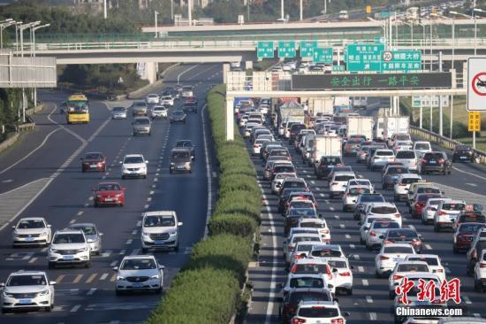 资料图:黄金周期间,数以十万计车缓慢行驶在南京绕城高速公路上。中新社记者 泱波 拍
