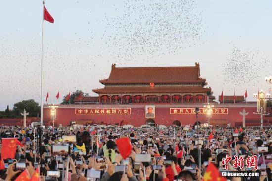 10月1日是中华人民共和国成立69周年纪念日。清晨,来自中国各地的近11万民众特意来到天安门广场观看升旗仪式并唱响国歌,为祖国母亲庆祝生日。<a target='_blank' href='http://www.chinanews.com/'>中新社</a>记者 盛佳鹏 摄