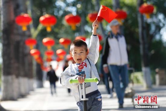 """资料图:北京玉渊潭公园举办""""我爱你中国――千人送祝福""""国庆主题活动。培养了孩子从小爱国旗、爱祖国的情感。<a target='_blank' href='http://www-chinanews-com.haoli-sh.com/'>中新社</a>记者 杜洋 摄"""