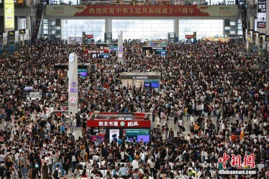 10月1日,民众在铁路上海虹桥站等待验票上车。当日,国庆黄金周第一天,中国铁路上海局集团有限公司旅客发送量将再创历史新高,预计达300万人,当天增开客车223列,动车组重联224列,扩大运力,方便旅客出行。今年国庆黄金周运输从9月28日至10月7日,共10天时间。期间,长三角铁路预计发送旅客2470万人,同比多发送184.5万人,日均发送旅客247万人。其中发送长途直通旅客535万人,同比增长7.4%;发送短途管内旅客1935万人,同比增长8.3%。殷立勤 摄