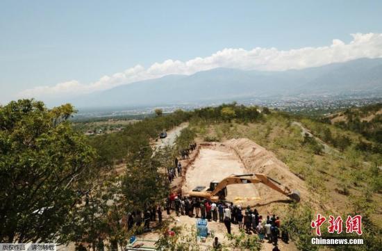 當地時間10月1日,印尼中蘇拉威西帕盧,印度尼西亞強震引發海嘯造成的遇難人數已升至1200人,為避免疾病爆發,政府出動挖掘機埋葬遇難者。