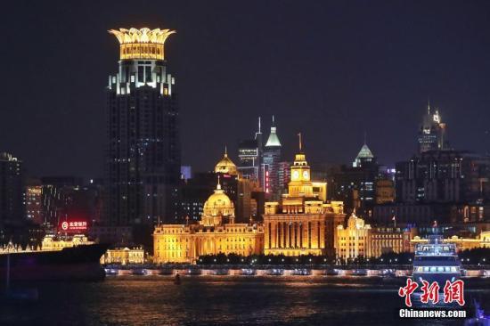 资料图:上海外滩建筑博览群华丽亮灯。中新社记者 张亨伟 摄
